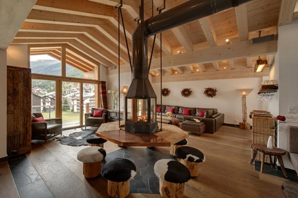 chalet-suisse-un-grand-hall-avec-cheminée-suspendue