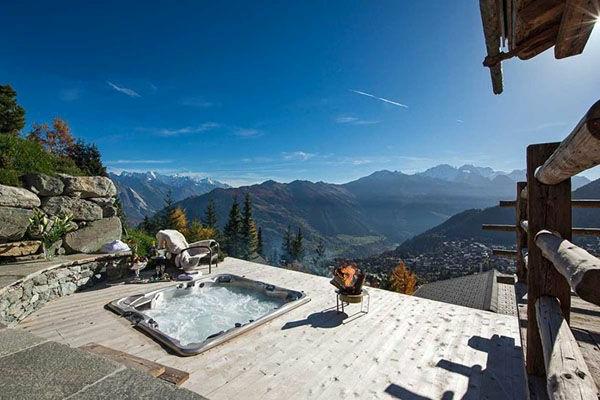 chalet-suisse-un-jacuzzi-sur-la-terrasse