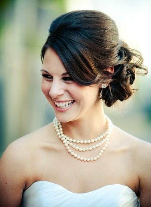 chignon-mariage-bien-accessoirisé-pour-des-cheveux-mi-longs