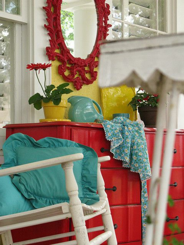 commode-bois-rouge-chaise-blanc-miroir-rouge