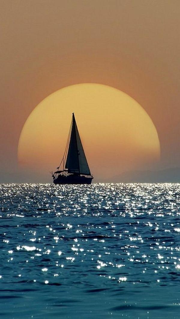 coucher-de-soleil-destination-au-bord-de-la-mer-ombre-bateau