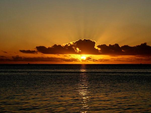 coucher-de-soleil-sur-vaitape-soleil-nuage