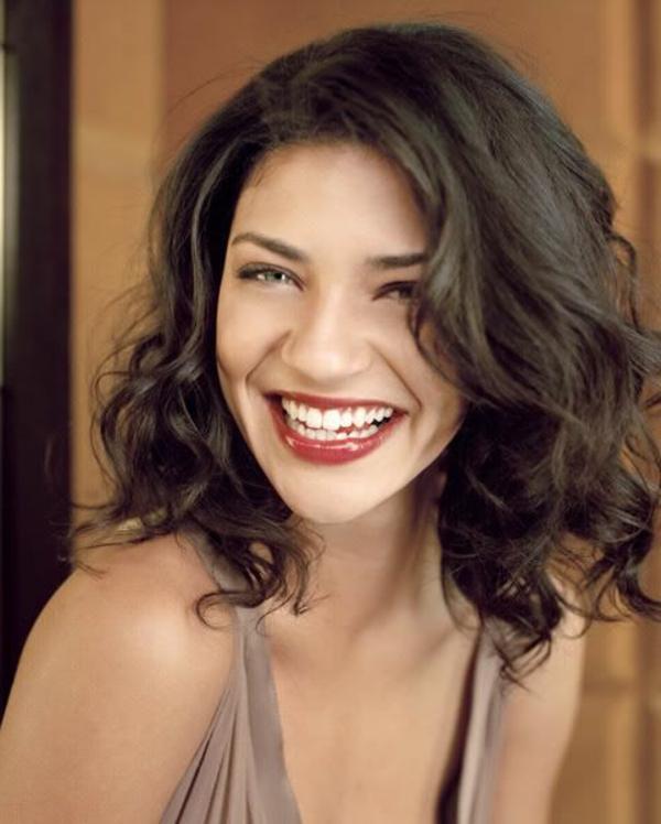 coupe-cheveux-mi-long-style-bouclé-femme-souriante