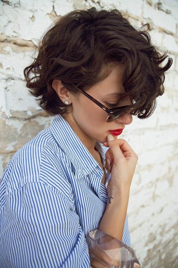 coupe-cheveux-mi-long-style-court-cheveux-boucles