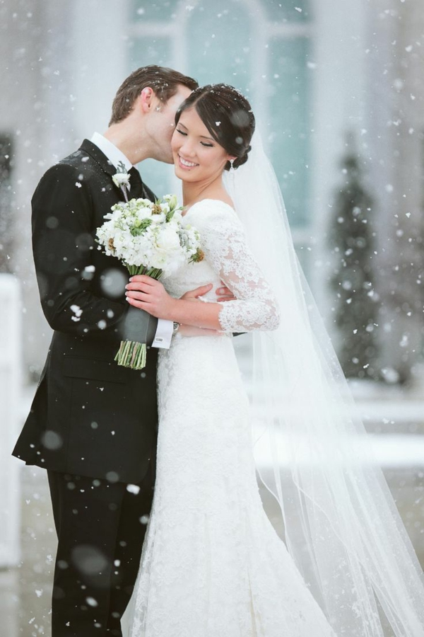 couple-heureuse-mariage-en-hiver-robe-et-bouquet-de-mariée