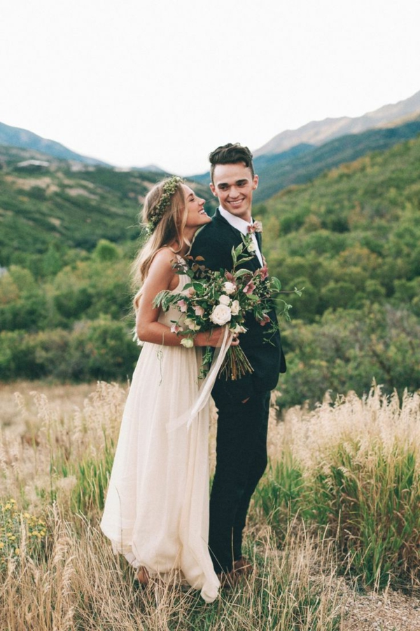 couple-mariée-heureux-jolie-bouquet-de-fleurs