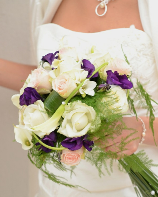couple-marier-heureux-jolie-bouquet-de-fleurs (3)