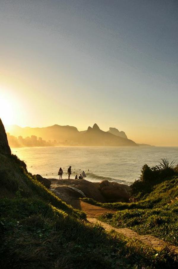 destination-couche-de-soleil-au-bord-de-la-mer-plage-surg