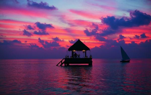 destination-couche-de-soleil-au-bord-de-la-mer-rose