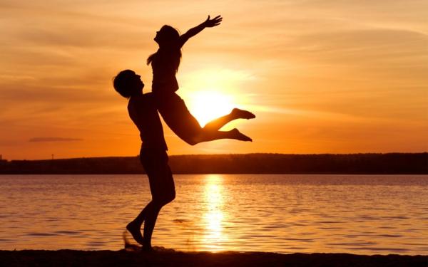 destination-mer-coucher-de-soleil-couple-heureux-bonheur