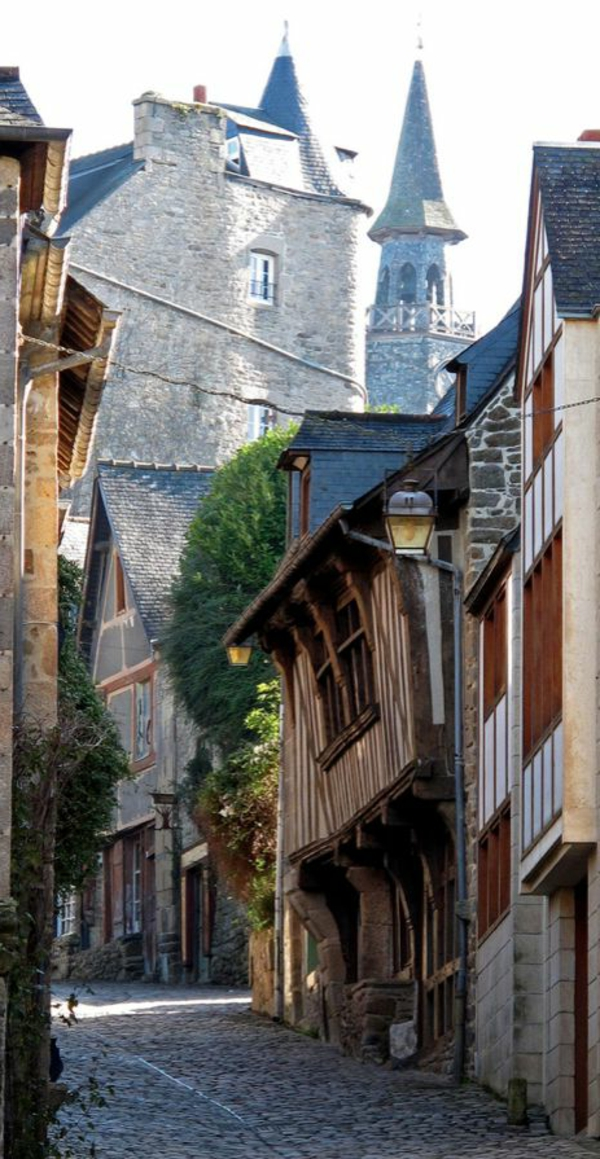 dinan-france-rue-marcher-vacances