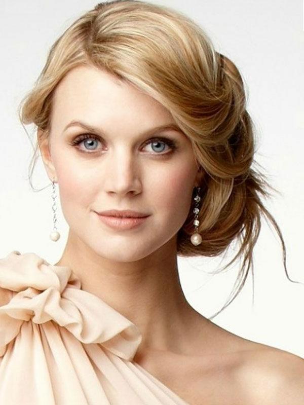 elle-est-jolie-pour-son-jour-de-mariage-coiffure-chignon-mi-long