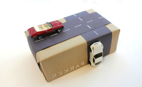 emballage-cadeau-original-et-beau-pour-enfant-garçon-voitures
