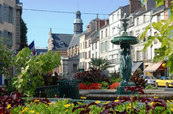 endroit-historique-le-château-de-Fontainebleau-ville-resized