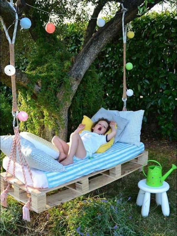 enfant-dodo-boules-de-noel-jardin-arbre-été