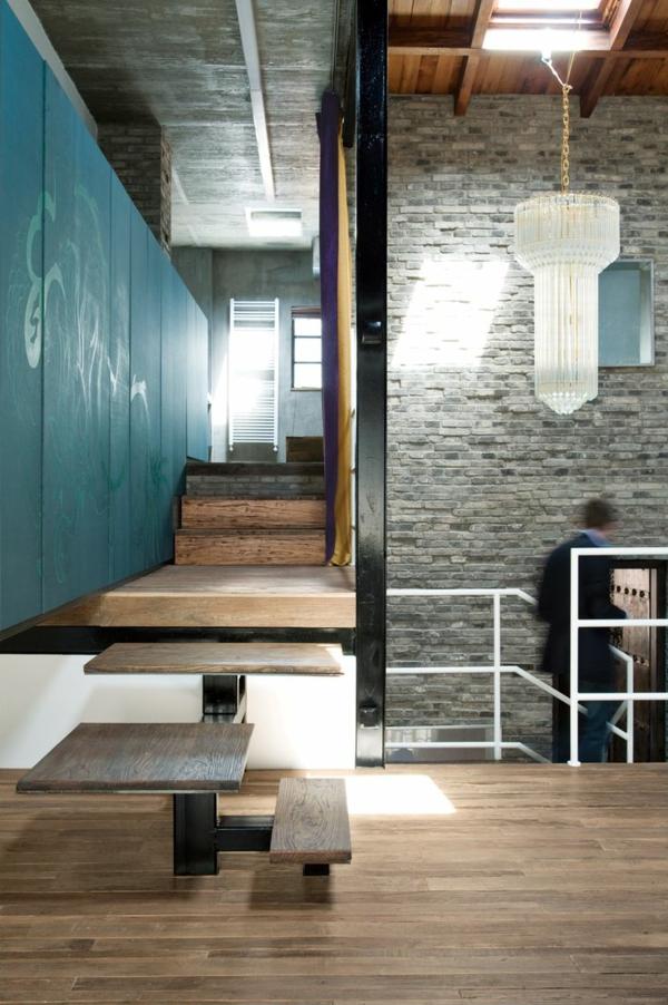 escalier-loft-atypique-en-bois-et-acier-grand-plafonnier-pendant