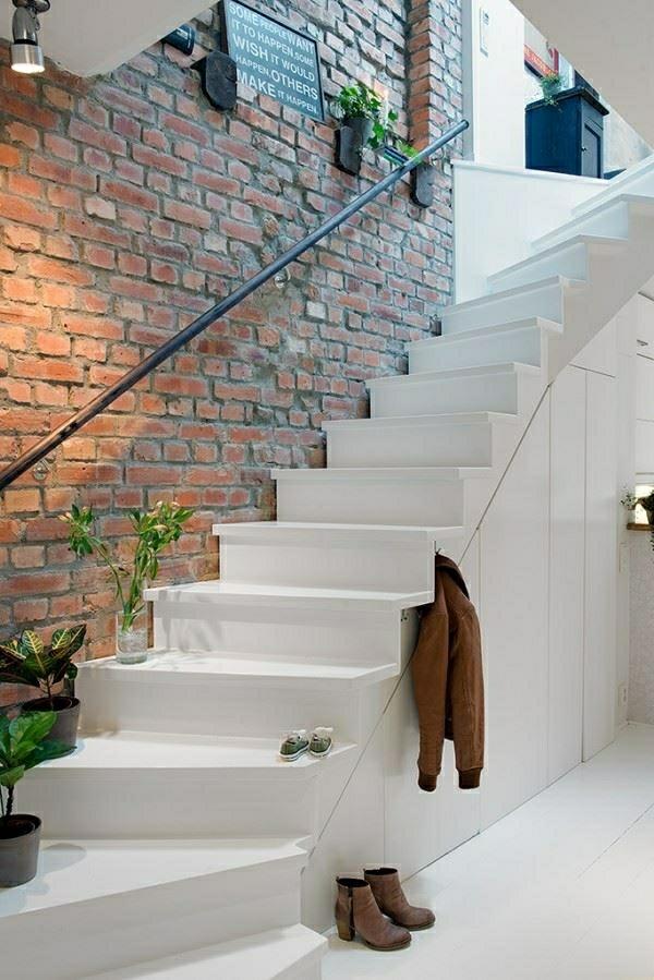 escalier-loft-blanc-collé-à-un-mur-en-briques