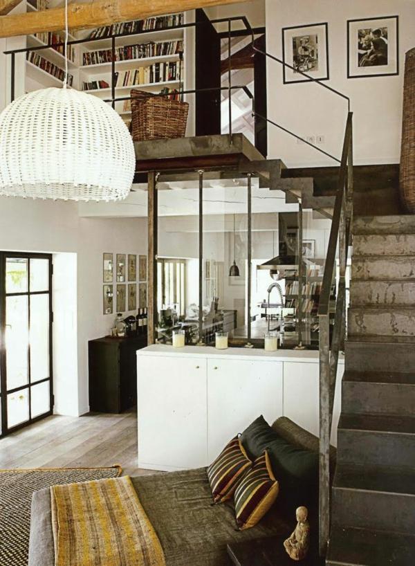 escalier-loft-en-acier-menant-vers-une-biblithèque-blanche