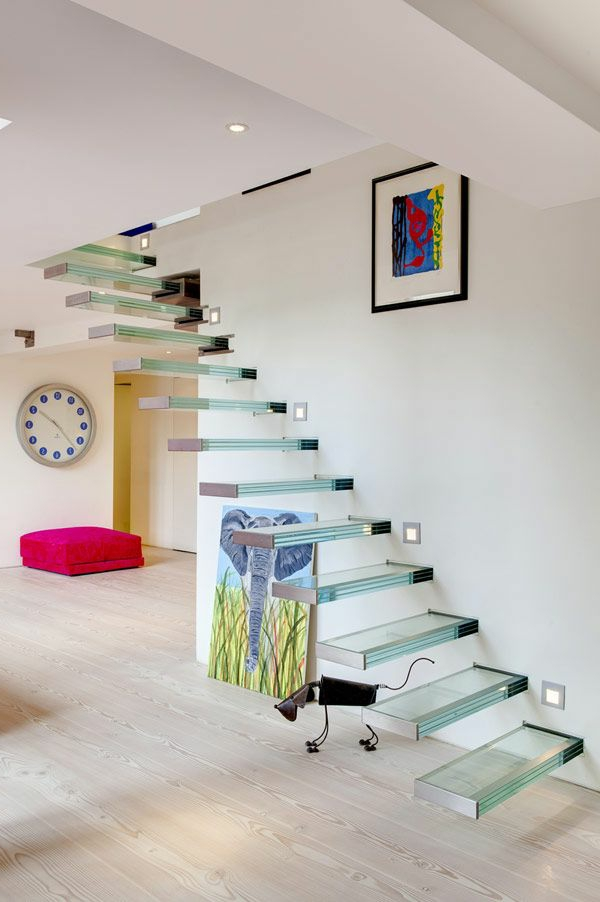escalier-loft-en-verre-intérieur-blanc-minimaliste