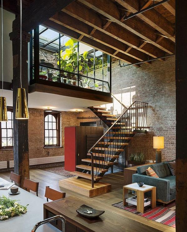 escalier-loft-intérieur-loft-original-plafond-en-bois-et-verrière-de-toit