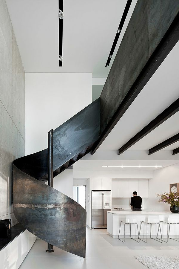 escalier-loft-un-escalier-spectaculaire-en-acier-cuisine-blanche-moderne