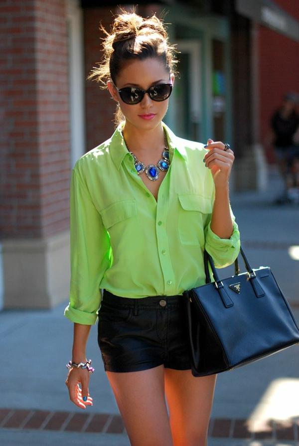 femme-chemise-vert-moderne-pantalons-courtes-style-sac-à-main-prada-accessoires-lunettes-rondes-chic-resized