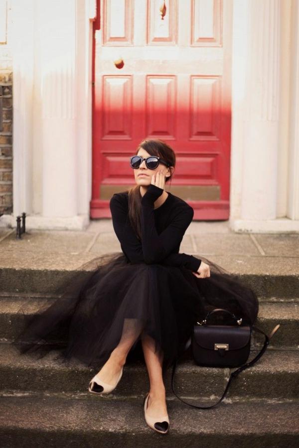 femme-classique-robe-noire-jupe-pouffe-lunette-de-soleil-porte-rouge
