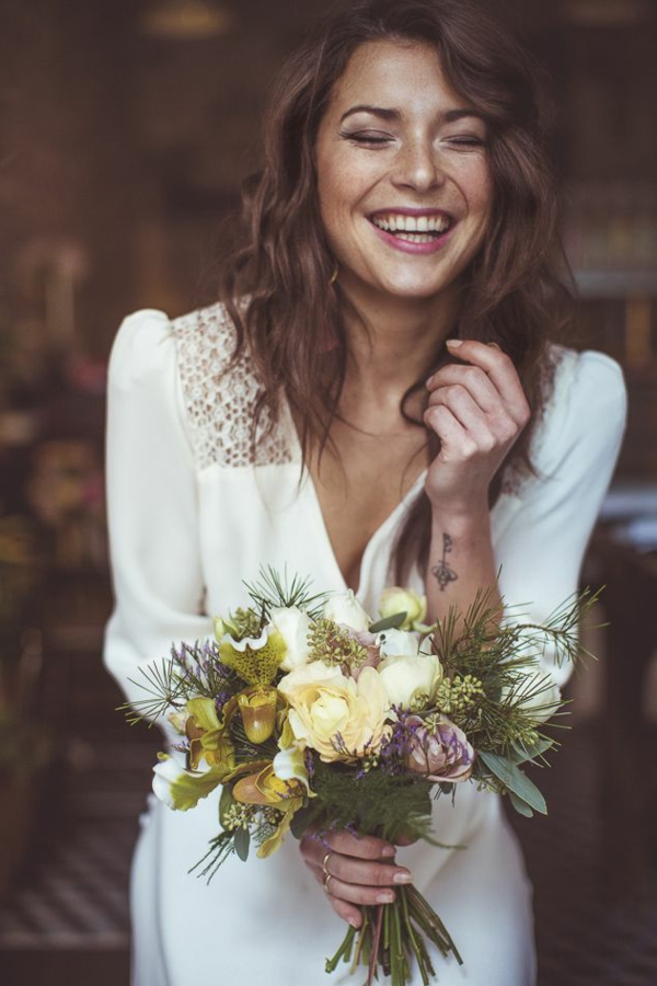 femme-sourire-joli-bouquet-de-mariage-idées-créatives