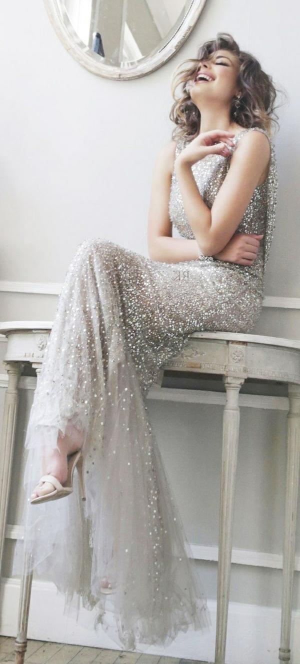 fille-souriante-robe-soirée-evenement-spécial-cristaux
