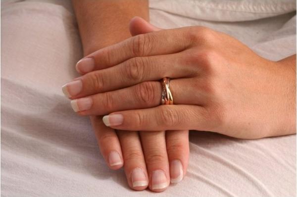 isady-zofia-bague-femme-style-joaillerie-cartier-anneau-plaque-or-jaune-blanc-et-rose-585-1000-troix-anneaux-resized