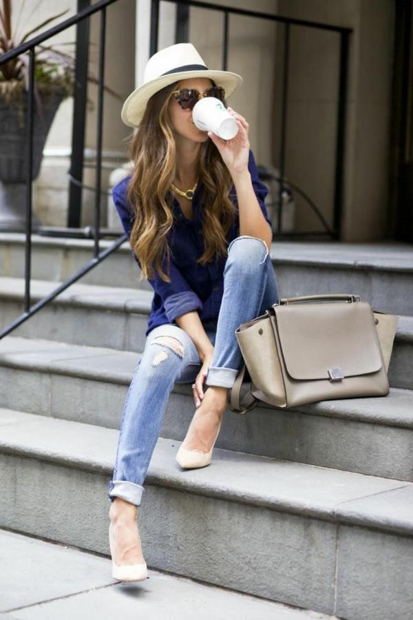 jean-troué-bleu-chaussures-beiges
