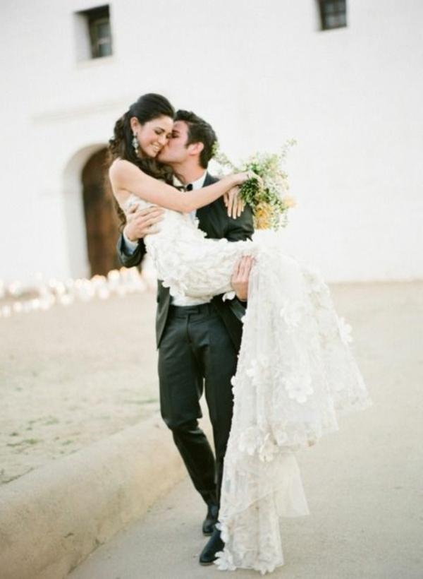 joli-bouquet-de-mariage-idée-créative-jolie-couple-heureuse