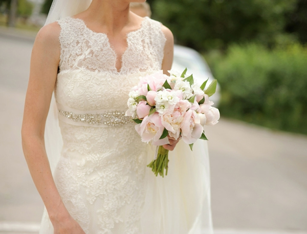 joli-bouquet-de-mariage-idée-créative-robe-et-accessoires-mariée