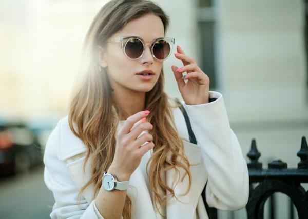 jolie-fille-avec-des-lunettes-de-soleil-rondes-modernes-resized