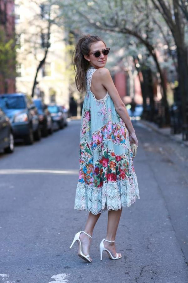 jolie-fille-avec-une-robe-flottante-etnique-lunettes-rondes-sandales-talon-resized
