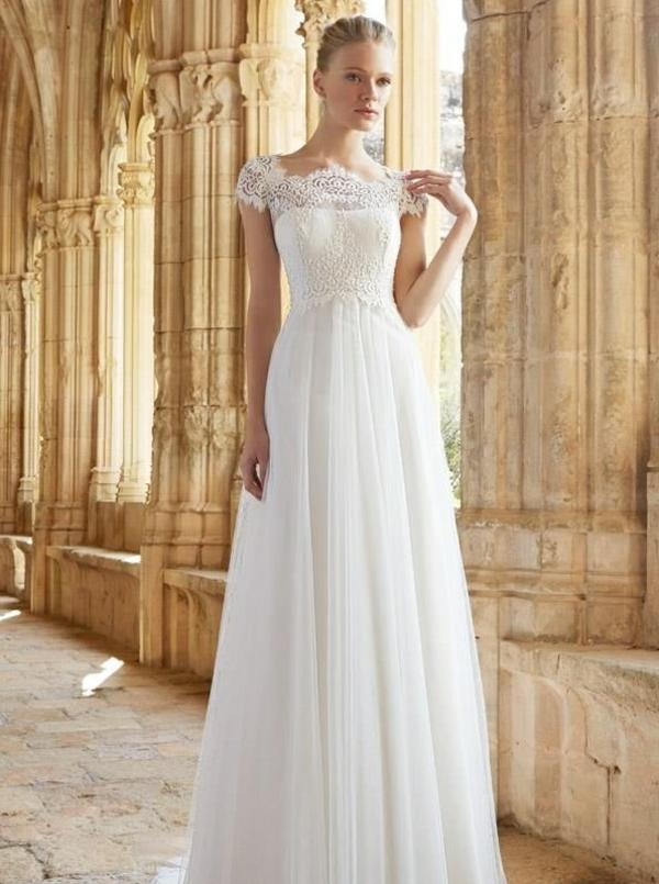 Jolie robe de mariée classique avec une attitude de princesse