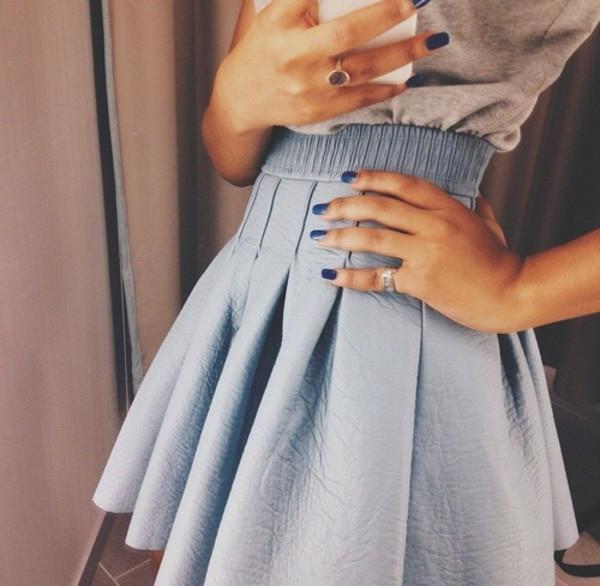 jupe-en-cuir-bleue-jolie-ongles-bleues-anneau