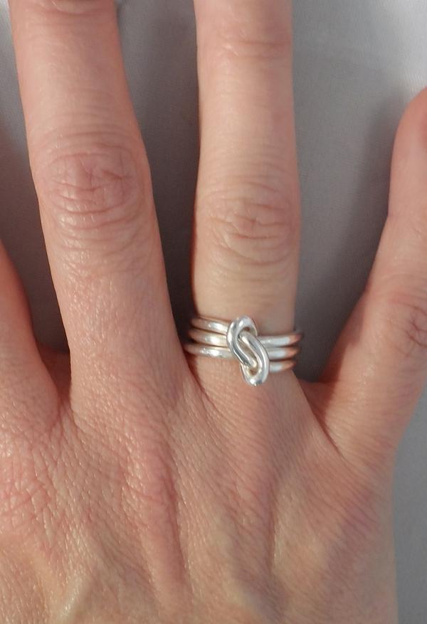 la-bague-argent-trois-anneaux-main