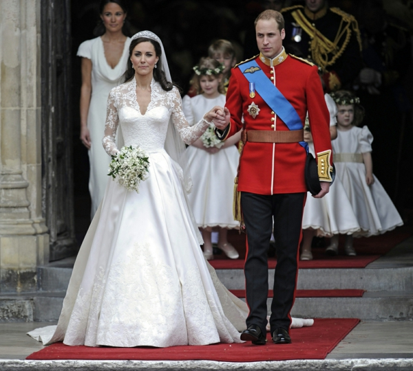 la-couple-royal-kate-middleton-et-sa-robe de mariée princesse-resized