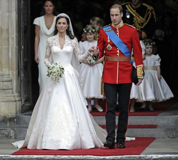 la-couple-royal-kate-middleton-et-sa-robe de mariée princesse-resized