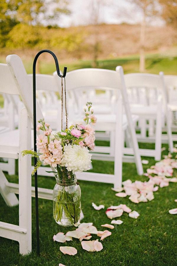 la-déco-de-mariage-fleurs-idée-créative-decoration-chaises-peleuse