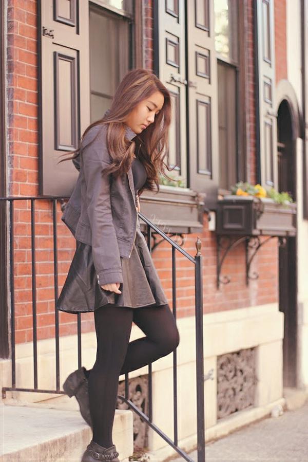 la-fille-escaliers-tenue-pour-le-temps-froide