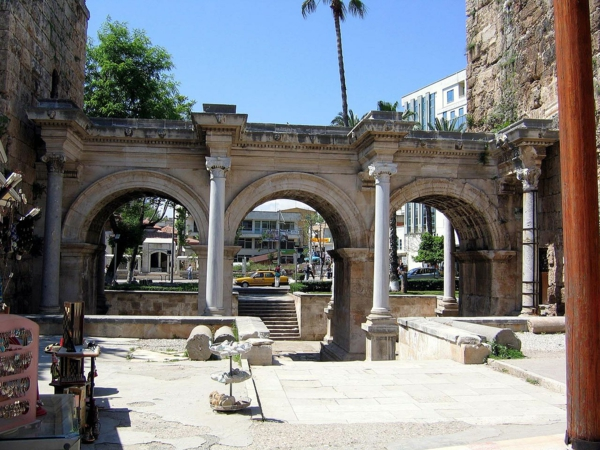 la-porte-d'Hadrianus-à-Antalya-resized