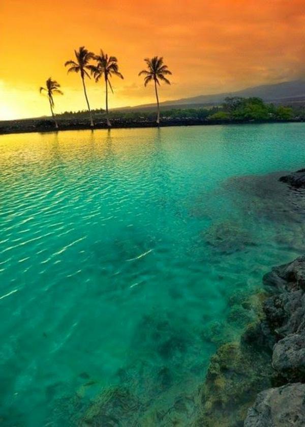 le-coucher-du-soleil-sur-la-mer-eau-cristale