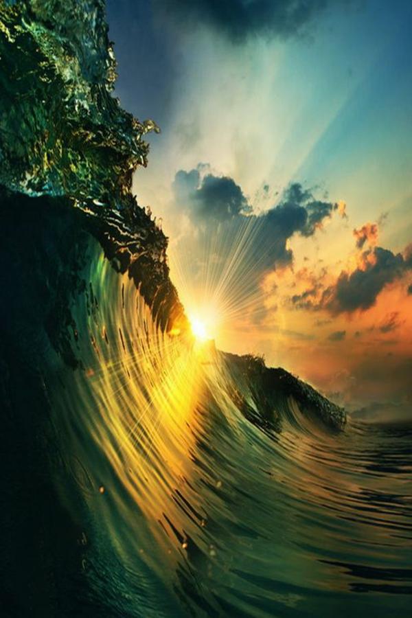 le-coucher-du-soleil-sur-la-mer-une-grande-vague