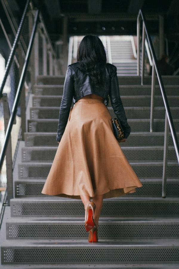 le-dos-d-une-femme-avec-jupe-longue-en-cuir-shaussure-a-talon
