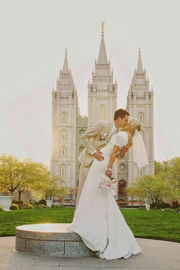 le-jour-du-mariage-avec-une-robe-princesse-devant-le-chateau