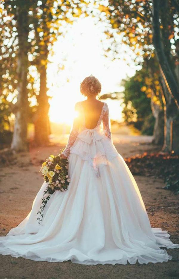 le-jour-du-mariage-avec-une-robe-princesse-le-couche-du-soleil