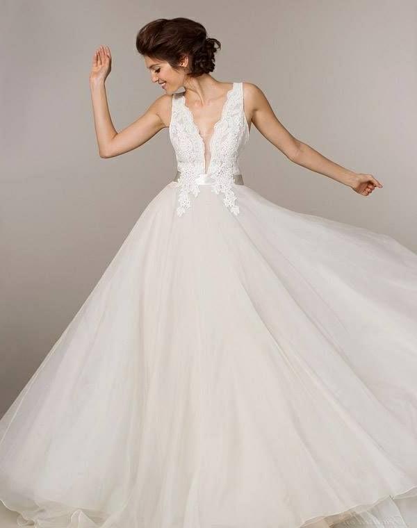 le-jour-du-mariage-avec-une-robe-princesse-souriante