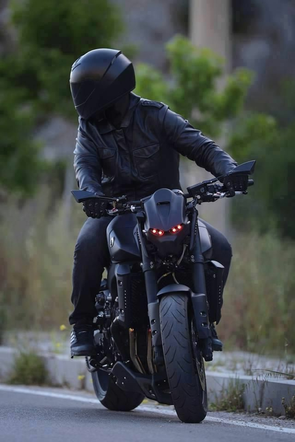 le-motard-noir-casque-original